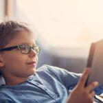 آیا استفاده از عینک باعث ضعیف شدن چشم کودکان میشود؟
